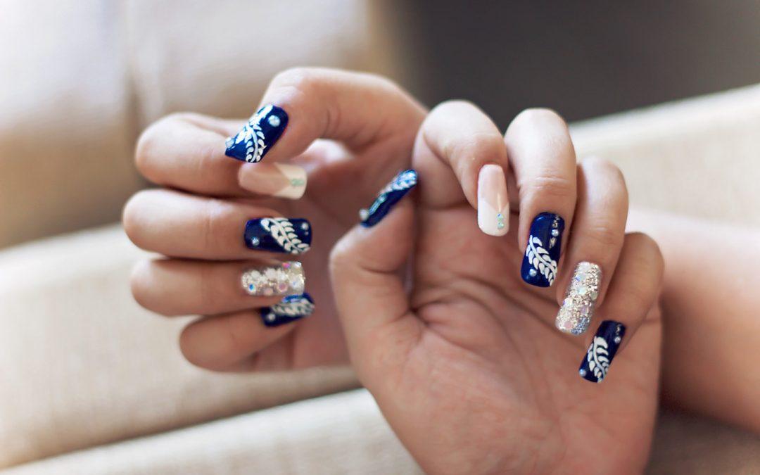 Przedłużanie paznokci, czy manicure hybrydowy? Sposób na idealne dłonie